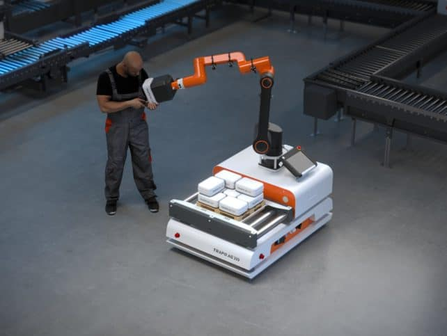 Cobot reicht Werkstücke