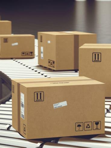 Pakete auf Förderband in Intralogistik